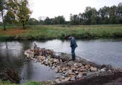 Optimierung des Gewässerprofils durch Einbau eines Strömungslenkers