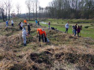 Pflanzaktion mit dem Waldpädagogikzentrum-IMGP8283
